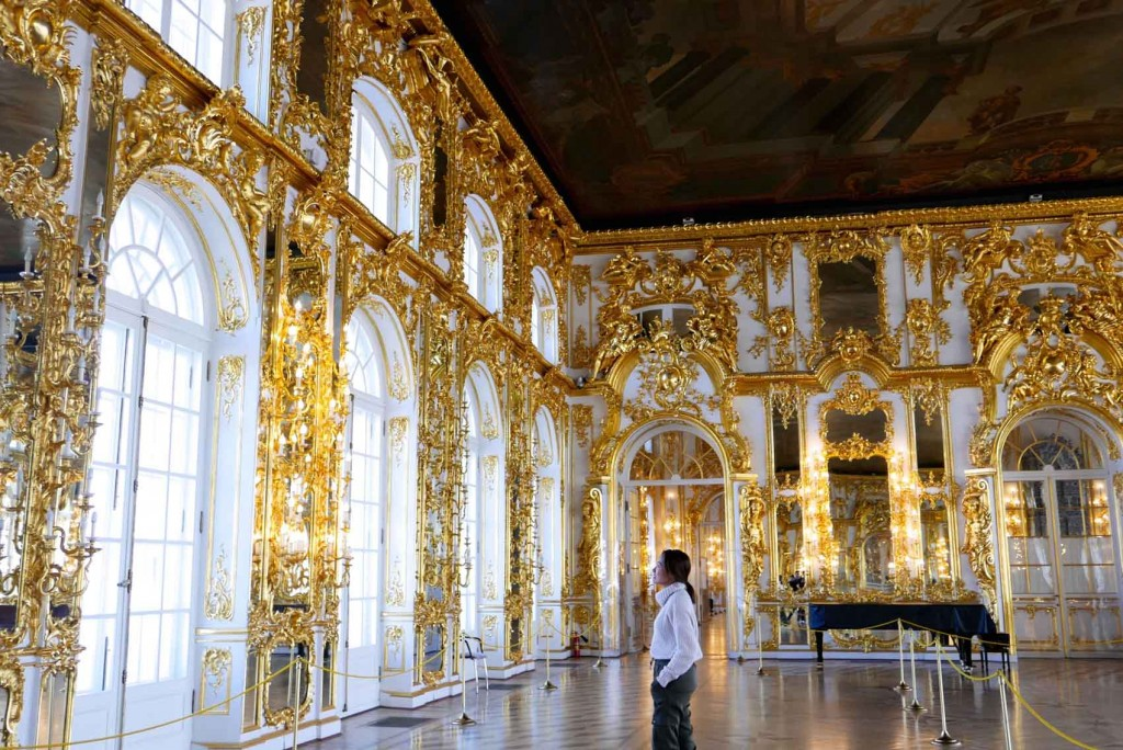 It's where Catherine the Great used to live and everything inside her palace is so grand. The Great Hall, also known as the light gallery, was intended for the most important receptions such as balls and masquerades. Gold kung gold!